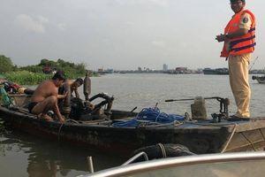 Bắt quả tang 2 ghe hút cát trái phép trên sông Đồng Nai