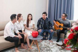 Sướng như học trò Quang Lê - Tố My, tập hát xong lại được thầy và 'chị đẹp' trộn gỏi gà đãi!