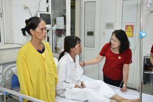 Hội Chữ thập đỏ Việt Nam tặng quà cho các bệnh nhân tại Bệnh viện Việt Đức