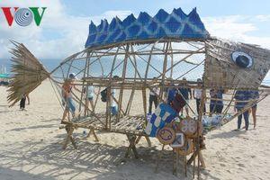 Ra mắt cá Bống khổng lồ 'ăn' rác thải nhựa trên bãi biển Đà Nẵng