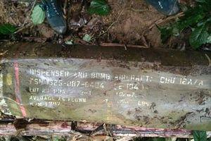 Phát hiện quả bom dài gần 2m còn nguyên ký tự trên vỏ