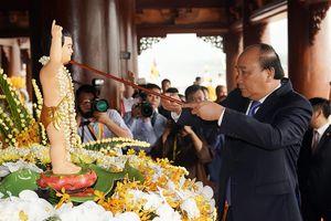 Thủ tướng thực hiện nghi lễ tắm Phật truyền thống ở đại lễ Vesak 2019