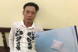 Hà Nội: Nam thanh niên 'dạo phố' mang theo ma túy bị cảnh sát bắt giữ