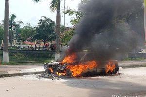 Nghệ An: Xe hoa bỗng nhiên bốc cháy giữa đường sau lễ rước dâu
