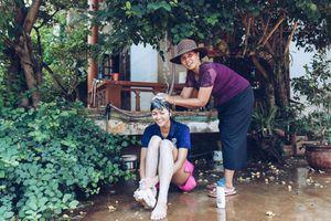 H'Hen Niê đùa nghịch nước, trở lại thời thơ ấu cùng mẹ