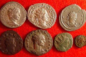 'Ăn may' đào được kho báu hơn 3.000 đồng xu từ thế kỷ 4