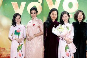 Dàn diễn viên khoe sắc với trang phục áo dài truyền thống trong sự kiện công chiếu bộ phim 'Vợ ba'