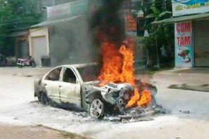 Xe Mercedes cháy trơ khung trên đường về quê ăn cưới