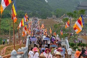 Hàng vạn người đổ về Tam Chúc ngày lễ Phật đản