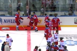 Ông Putin trượt ngã sau khi ghi 8 bàn thắng trong trận khúc côn cầu
