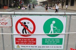 Phố đi bộ Hồ Gươm sạch bong nhờ tấm biển xử phạt 7 triệu đồng nếu vứt rác bừa bãi