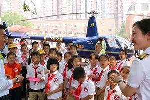 Trung Quốc 'chia rẽ' vì ông bố bay máy bay tới sân trường tiểu học của con