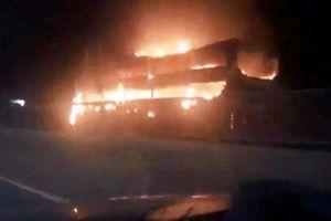Xe giường nằm chở 40 khách cháy dữ dội ở Đồng Nai