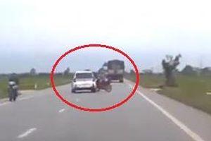 Đột ngột qua đường, người phụ nữ bị ôtô tông văng xuống đường