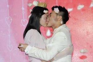 Quý tử 'vua sòng bạc Macau' cầu hôn siêu mẫu bằng 99.999 đóa hồng