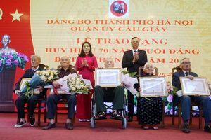 Phó Bí thư Thành ủy Đào Đức Toàn trao Huy hiệu Đảng đợt 19/5 tại quận Cầu Giấy