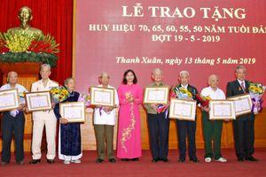 Quận Thanh Xuân trao Huy hiệu Đảng cho 421 đảng viên
