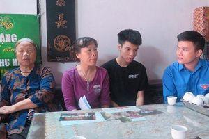 Tặng thẻ bảo hiểm y tế cho hai con của nữ công nhân môi trường tử nạn ở Hà Nội