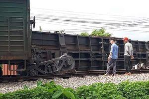 Đường sắt Bắc - Nam lại tê liệt vì tàu hàng trật bánh