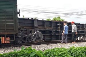 Tàu hỏa lại trật bánh lật một toa, đường sắt Bắc - Nam tê liệt