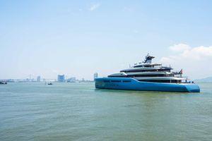 Siêu du thuyền bất ngờ xuất hiện tại Đà Nẵng, tỉ phú Anh lên bờ tham quan