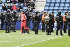 CĐV của CLB nổi tiếng Thụy Sĩ lao xuống sân đòi lột quần áo cầu thủ