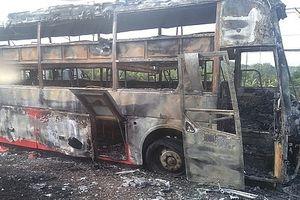 Xe giường nằm chở 45 hành khách bốc cháy ngùn ngụt trên Quốc lộ 1A