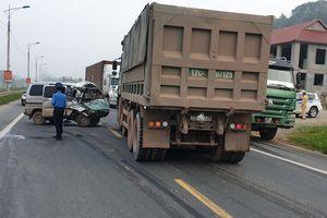 Lạng Sơn: Xe van đấu đầu ô tô tải, nữ tài xế bị thương