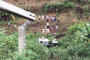 Ô tô 7 chỗ mất lái lao vực ở Lào Cai, chồng chết, vợ nguy kịch