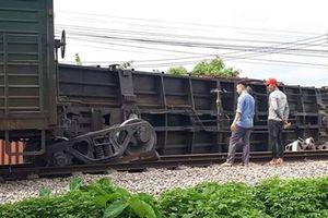 Tàu hàng trật bánh lật toa, đường sắt Bắc-Nam lại tê liệt