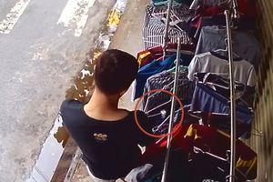 Clip gã trai giả vờ nghe ĐTDĐ rồi trộm 4 quần lót nam: Bệnh hoạn hay loạn dục?