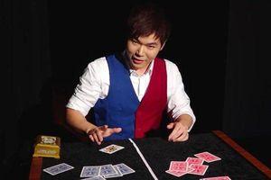 Clip: Chàng ảo thuật gia làm đổi màu quân bài bằng 'dải băng phép thuật'