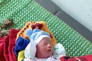 Hà Tĩnh: Phát hiện một bé trai sơ sinh bị bỏ rơi trước cổng trạm y tế