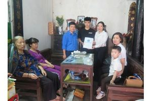Tặng thẻ BHYT - Chia sẻ yêu thương với hai con của nữ lao công tử nạn
