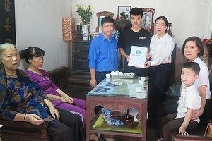 Bảo hiểm Xã hội Việt Nam tặng thẻ bảo hiểm y tế cho con nữ lao công tử nạn