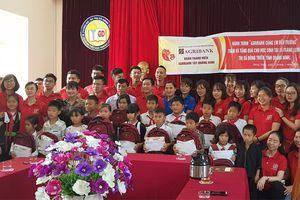Agribank Tây Quảng Ninh tặng quà gia đình, học sinh nghèo tại xã Tràng Lương (Đông Triều)