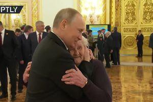 Tổng thống Putin tận tình thăm hỏi cô giáo cũ hồi tiểu học