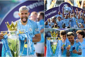 Dàn sao Man City vui mừng, chụp ảnh 'tự sướng' bên cúp Ngoại hạng Anh