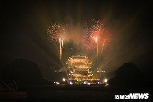 Nghìn người chen chân xem bắn pháo hoa mừng Đại lễ Phật đản tại chùa Tam Chúc
