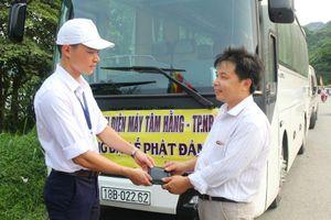 Cảnh sát hình sự trả lại ví tiền cho tài xế xe khách đánh rơi tại chùa Tam Chúc