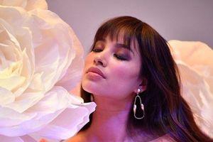 Bị nhận xét ăn mặc gợi cảm và sexy quá đà, Hoa hậu Phạm Hương lên tiếng
