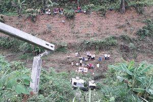 Lào Cai: 'Xế hộp' đâm thủng lan can, lao xuống vực sâu khiến 2 người thương vong