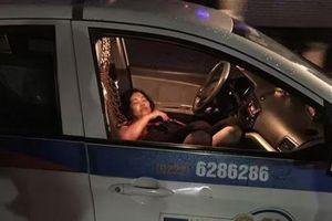 Hà Nội: Nữ tài xế taxi bị người đàn ông đâm gục trong xe rồi bỏ chạy, vẫn chưa xác định được nguyên nhân