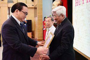 Trao tặng huy hiệu Đảng cho đồng chí Phạm Thế Duyệt và các đảng viên lão thành quận Hoàn Kiếm