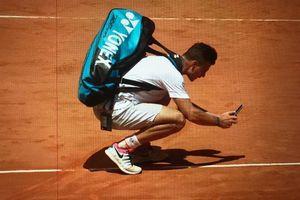 Tay vợt chụp ảnh vết bóng để đổ lỗi cho trọng tài sau thất bại