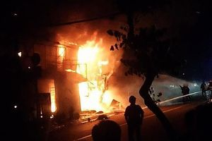 5 cửa hàng ở Sài Gòn cháy ngùn ngụt, nhiều tài sản bị thiêu rụi