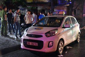 Nữ tài xế taxi bị đâm gục trên xe ở ven sông Kim Ngưu