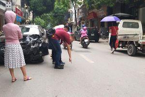 Ô tô đâm liên hoàn tại Hà Nội, 2 mẹ con đi xe máy bị thương