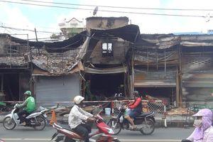 5 cửa hàng bốc cháy lúc rạng sáng, người dân phá mái nhà thoát thân