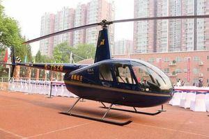 Cha bị 'ném đá' vì dùng trực thăng chở con gái đi học